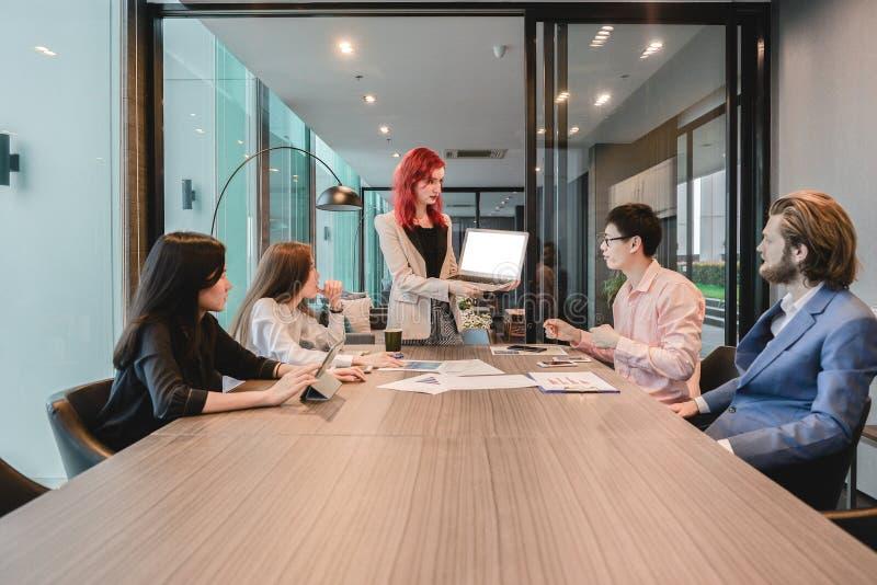 Grupa biznesowe kobiety spotyka w pokoju konferencyjnym z pustego miejsca scr zdjęcie stock