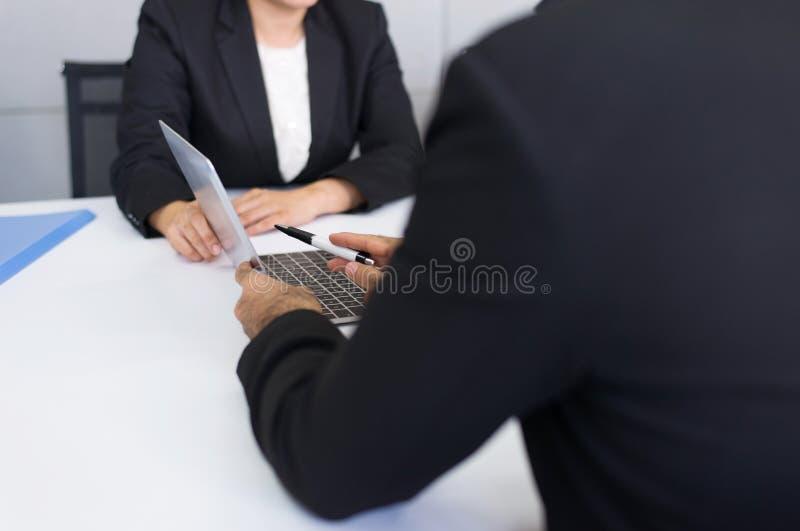 Grupa biznesowi azjatykci ludzie spotyka komunikować i pracuje podczas gdy siedzący przy izbowym biurowym biurkiem wpólnie, pracy zdjęcie royalty free