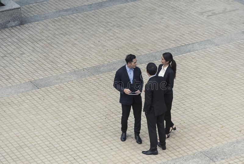 Grupa biznesowy azjatykci partner dyskutuje podczas gdy chodzący w budynku biurowym kolegi socjalny pojęcie zdjęcia royalty free