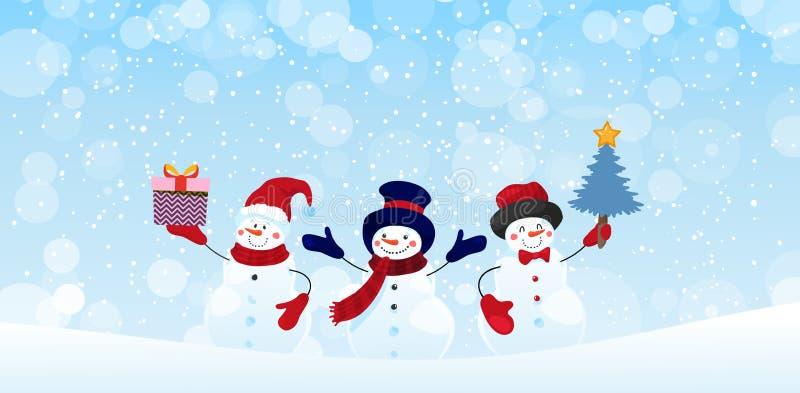 Grupa bohaterów snowmanów z prezentami i choinką na zimowym śnieżnym tle Baner świąteczny z projektem świątecznym royalty ilustracja