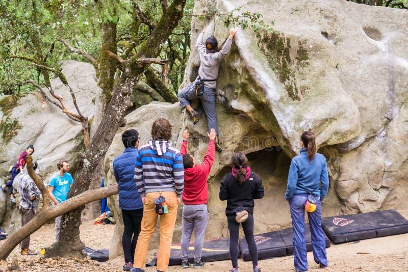 Grupa bouldering arywiści ćwiczy obraz stock