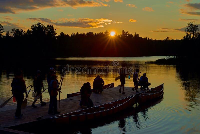 Grupa canoers, przygotowywa i?? kajakowa?, zmierzch fotografia royalty free
