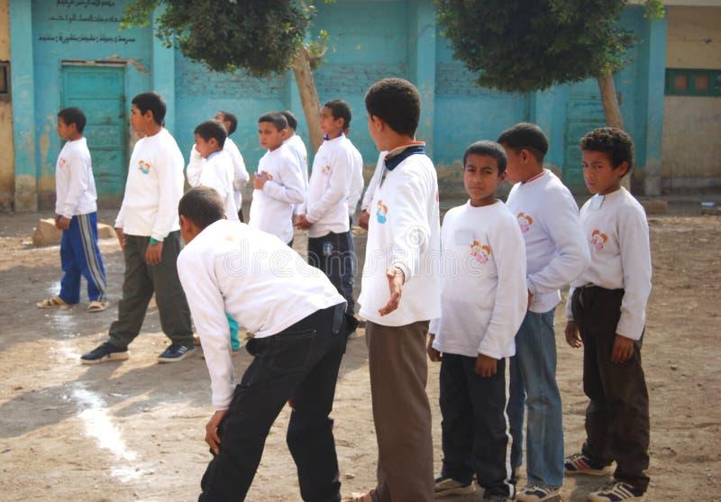 Grupa chłopiec bawić się piłkę nożną w Egypt fotografia royalty free