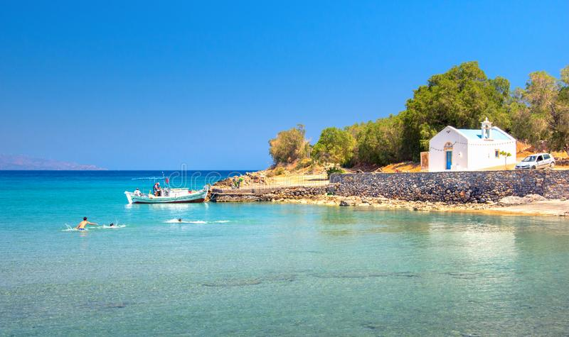 Grupa chłopiec ma zabawę przy piękną plażą w Istron, Crete fotografia stock