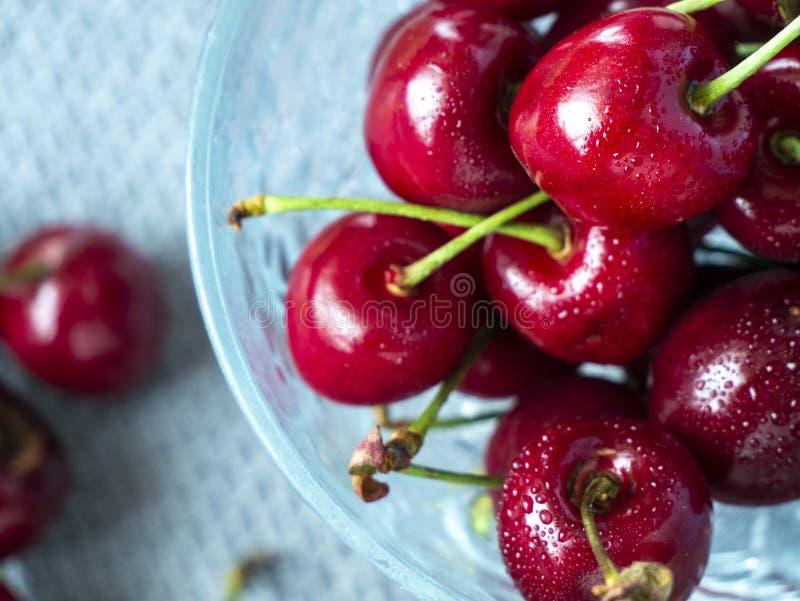 Grupa cherrys z ?wie?ymi rosa kroplami na stole zdjęcia royalty free