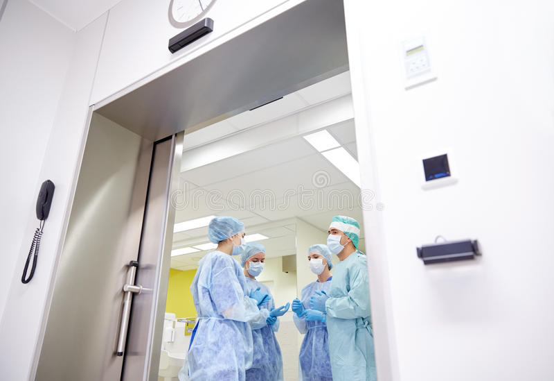 Grupa chirurdzy w sala operacyjnej przy szpitalem fotografia stock