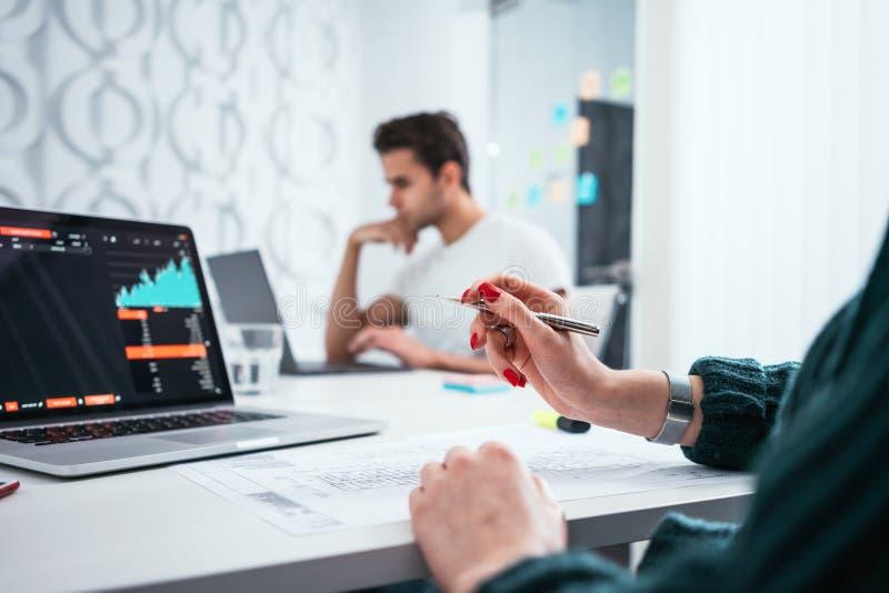 Grupa coworkers patrzeje komputerowego monitoru podczas gdy pracujący w biurze zdjęcie stock