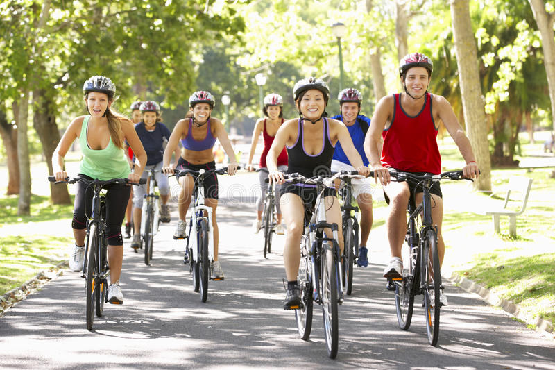 Grupa cykliści Na cykl przejażdżce Przez parka fotografia royalty free