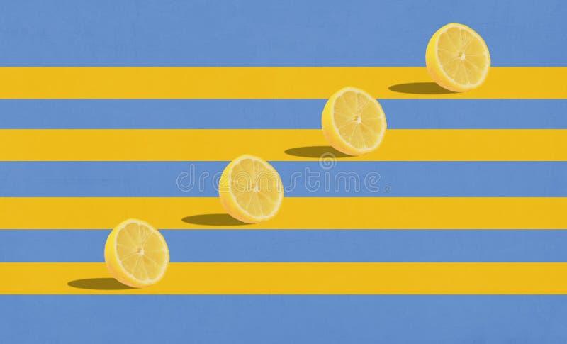 Grupa cytryny w powietrzu na błękitnym tle obraz stock