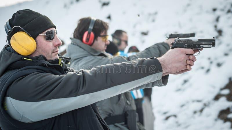 Grupa cywilna praktyka pistoletu strzelanina na plenerowym mknącym pasmie obrazy stock
