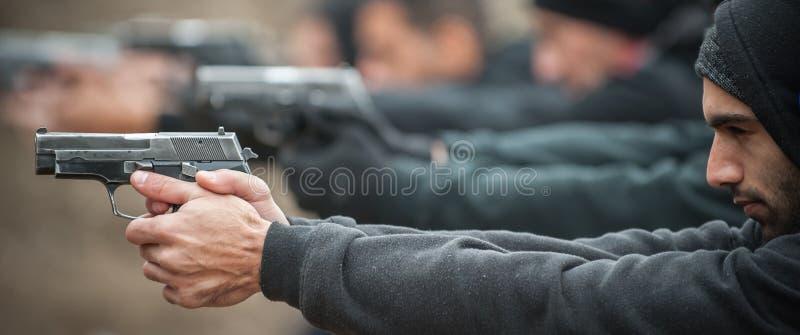 Grupa cywilna praktyka pistoletu strzelanina na plenerowym mknącym pasmie obraz royalty free