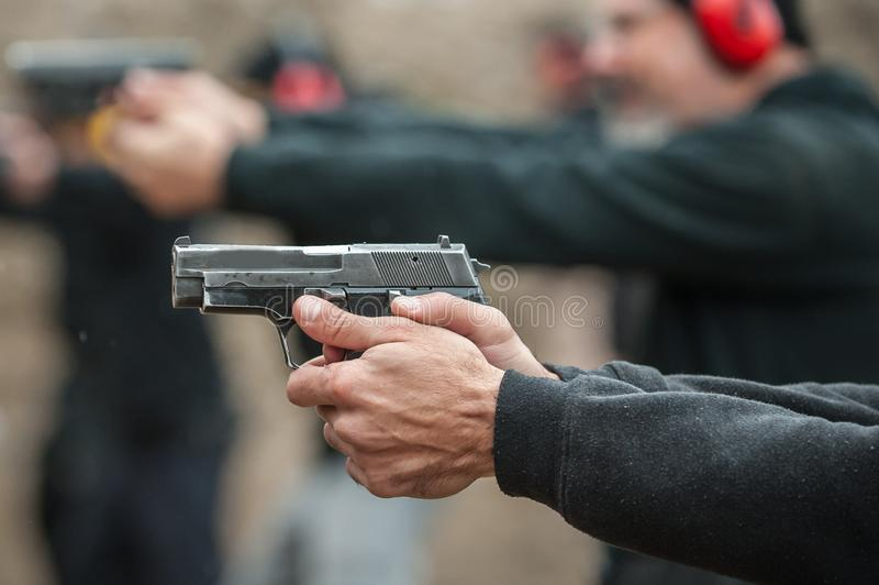 Grupa cywilna praktyka pistoletu strzelanina na plenerowym mknącym pasmie fotografia stock