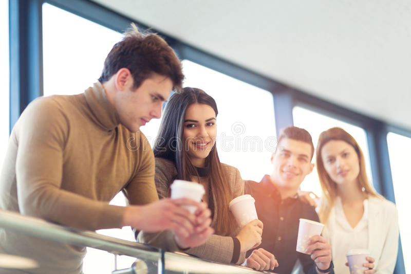 Grupa cztery młodego ludzie biznesu na kawowej przerwie obraz royalty free