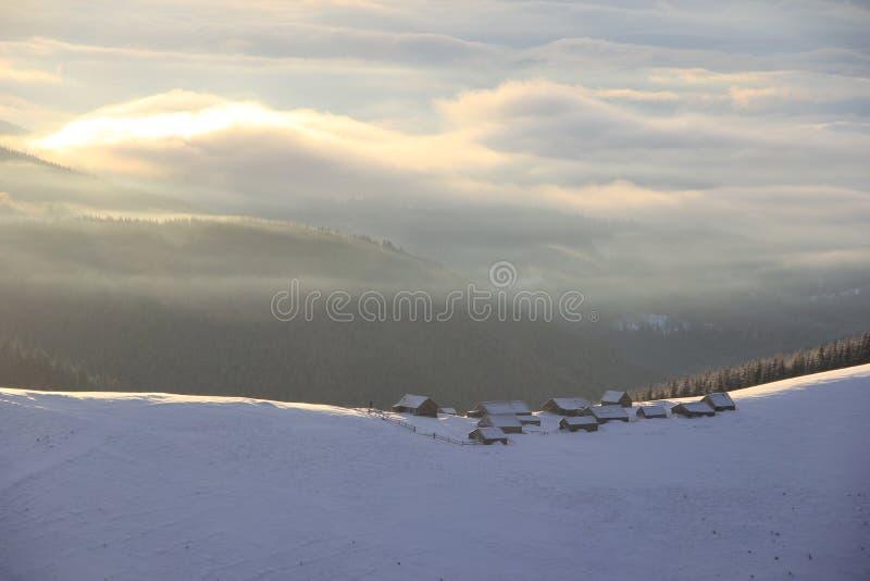 Grupa domy na wierzchołku śnieżysta góra, Carpathians obraz stock