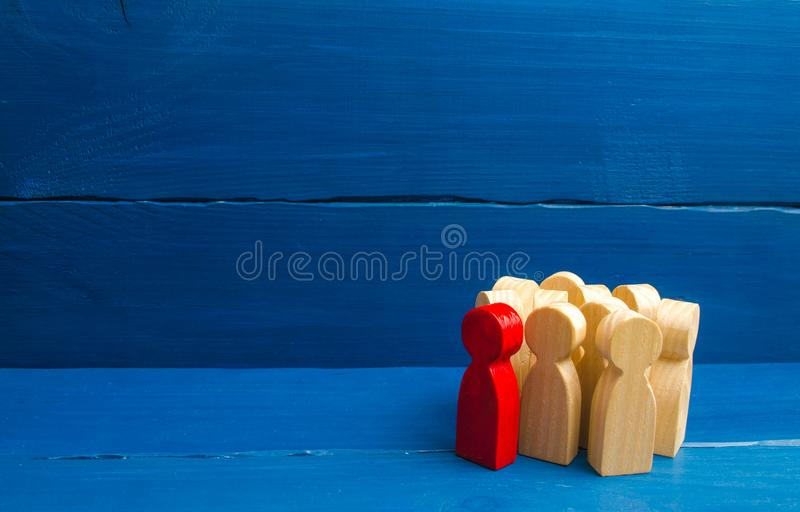 Grupa drewniani ludzie figurek Czerwony mężczyzna stoi out od grupy, tłum, spotkanie, ogólnospołeczna aktywność Społeczeństwo, gr obrazy royalty free
