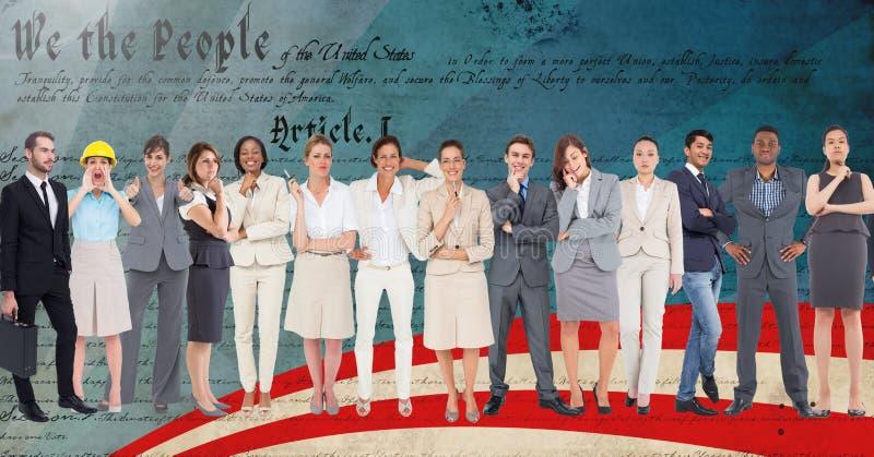 Grupa dyrektory wykonawczy stoi przeciw pismu zdjęcie royalty free