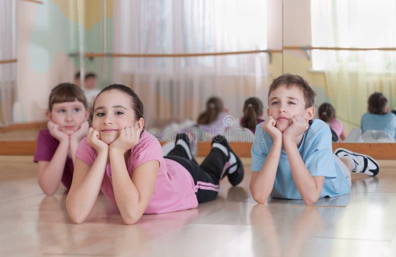 Grupa dzieci angażujący w fizycznym szkoleniu. zdjęcie royalty free