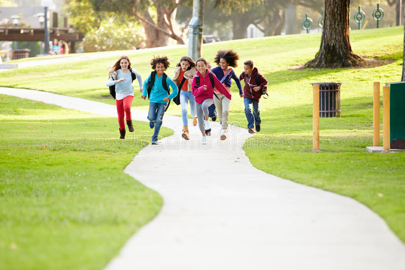 Grupa dzieci Biega Wzdłuż ścieżki W kierunku kamery W parku obrazy royalty free