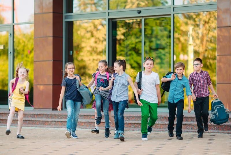 Grupa dzieci chodzących do szkoły razem obrazy stock