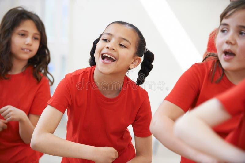 Grupa dzieci Cieszy się taniec klasę Wpólnie fotografia stock