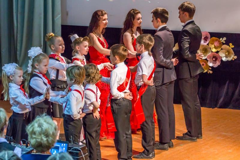 Grupa dzieci jest ubranym formalnych kostiumy i tana na scenie Pary dancingowi ucznie obrazy royalty free
