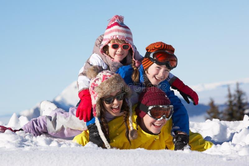 Grupa Dzieci Na Narciarskim Wakacje W Górach zdjęcia stock