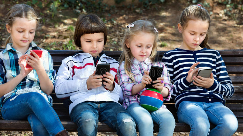 Grupa dzieci pozuje z urządzeniami przenośnymi fotografia royalty free