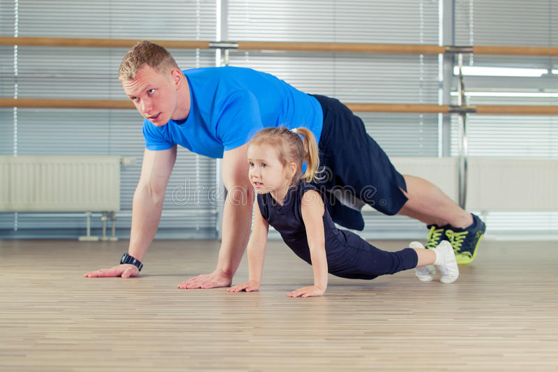 Grupa dzieci robi dzieciak gimnastykom w gym z pepiniera nauczycielem obraz stock