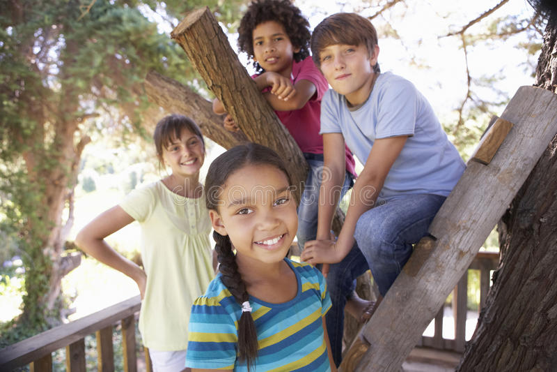 Grupa dzieci Wiszący W domek na drzewie Wpólnie Out zdjęcia stock