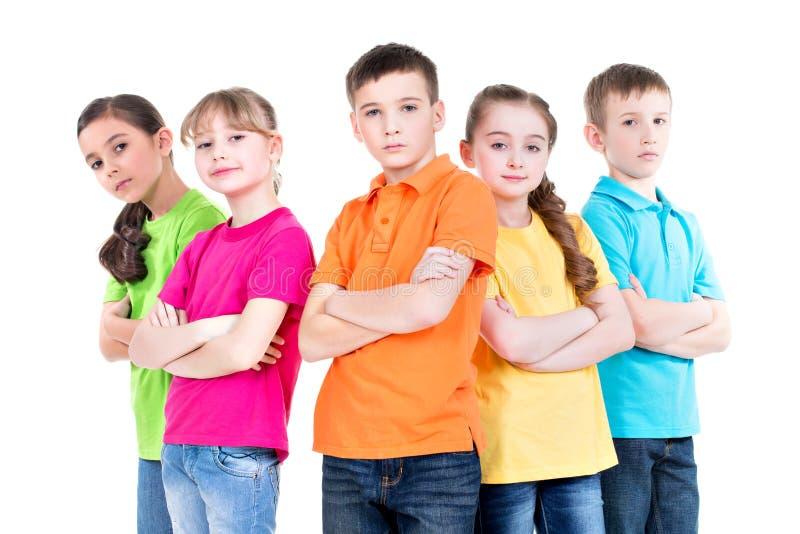 Grupa dzieci z krzyżować rękami. obraz royalty free