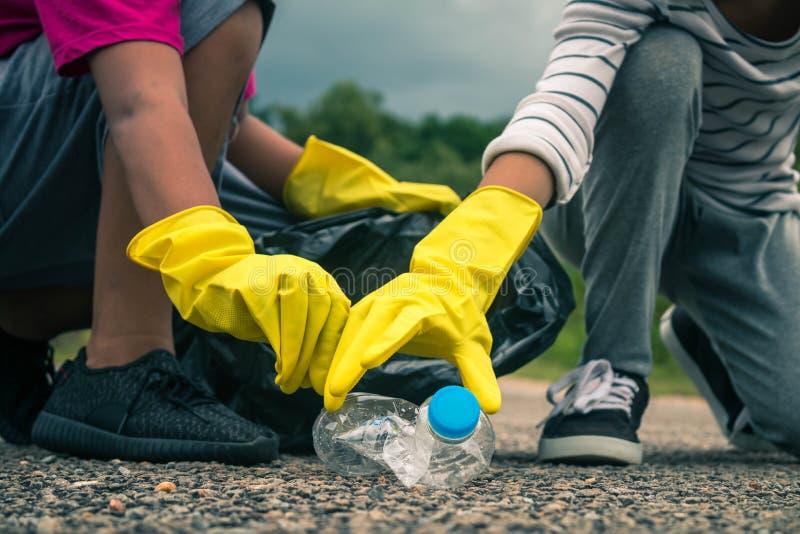 Grupa dzieciaka wolontariusza pomocy śmieciarskiej kolekci dobroczynności environm obraz royalty free