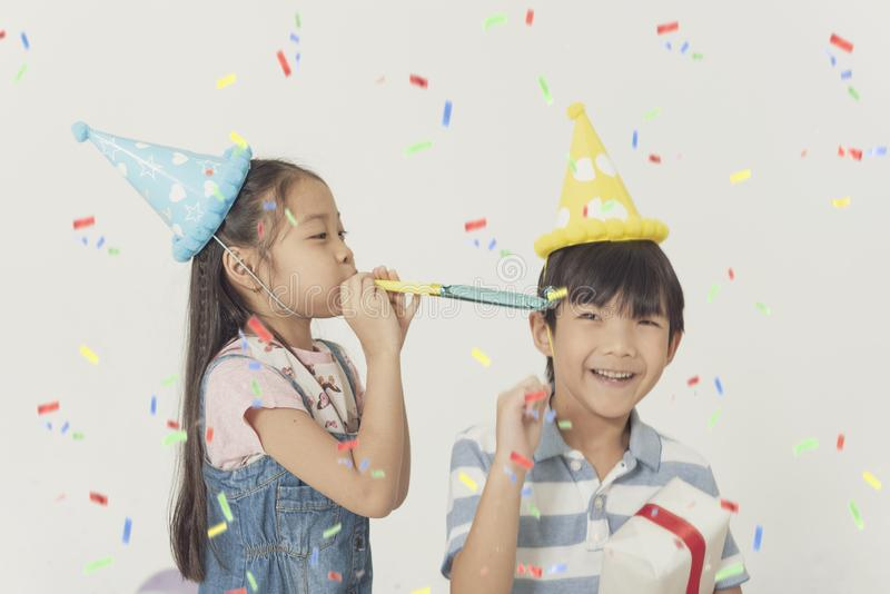 Grupa dzieciaki świętuje boże narodzenia i szczęśliwego nowego roku przyjęcia obraz stock