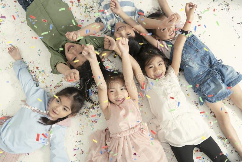 Grupa dzieciaki świętuje boże narodzenia i szczęśliwego nowego roku przyjęcia obraz royalty free