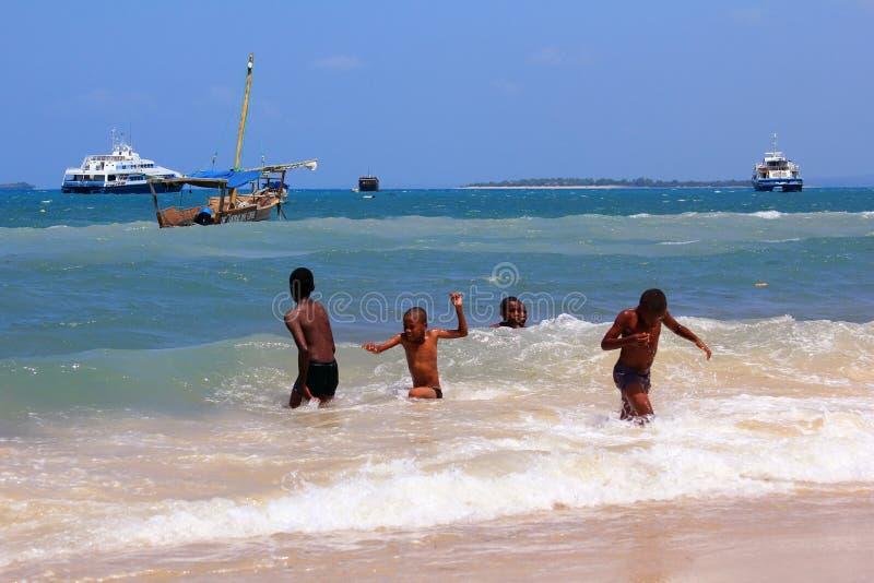 Grupa dzieciaki bawić się w wodzie obraz stock