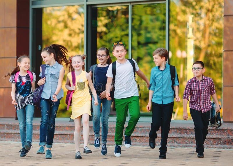 Grupa dzieciaki i?? szko?a wp?lnie zdjęcie royalty free