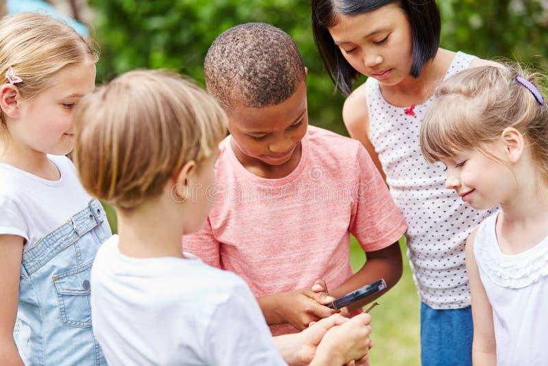 Grupa dzieciaki jako detektywi obrazy stock
