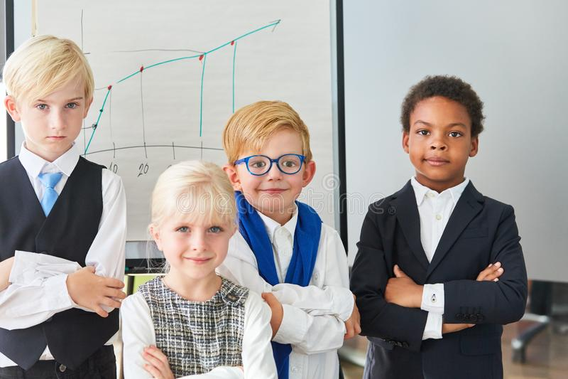 Grupa dzieciaki jako ufna biznes drużyna zdjęcia royalty free