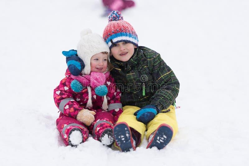 Grupa dzieciaki ma zabawę i sztukę w świeżym śniegu wpólnie fotografia stock