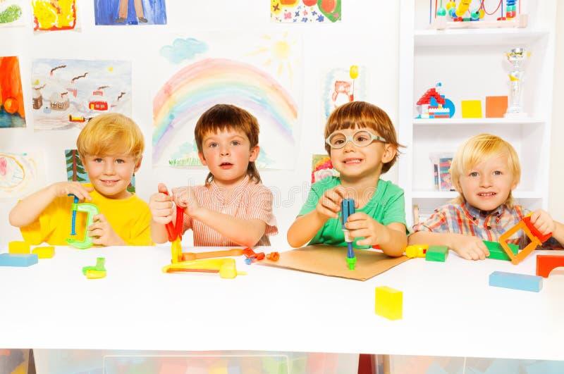 Grupa dzieciaki w klasie z zabawkarskimi narzędziami fotografia royalty free