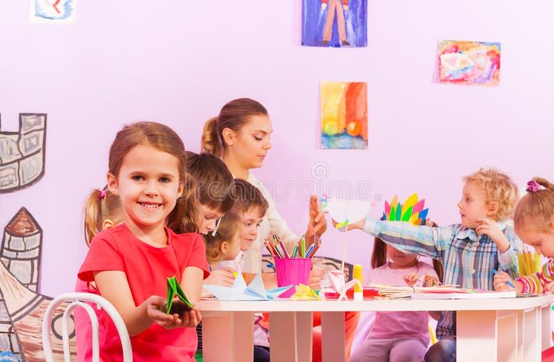 Grupa dzieciaki w origami preschool klasie zdjęcia stock