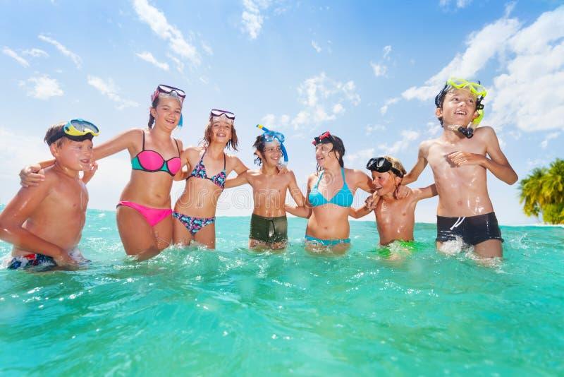 Grupa dzieciaki wpólnie zabawę w morzu fotografia stock