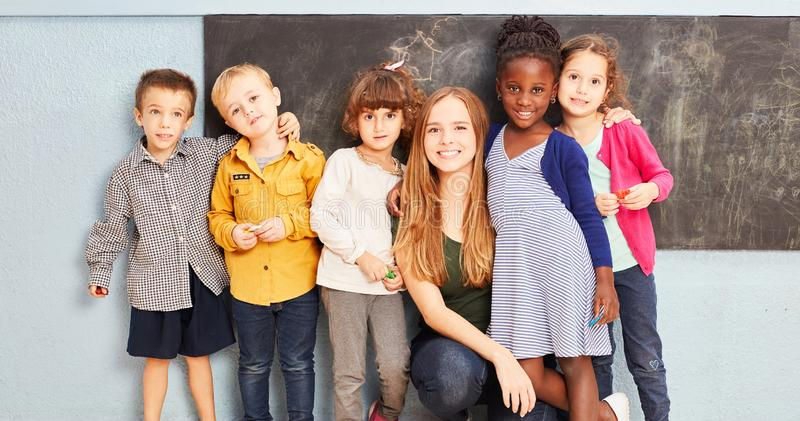 Grupa dzieciaki z nauczycielem w szkole podstawowej zdjęcia royalty free