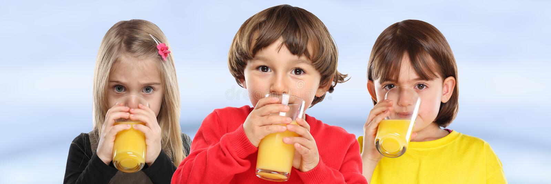 Grupa dziecko dziewczyny chłopiec żartuje pić soku pomarańczowego łasowania zdrowego sztandar zdjęcia royalty free