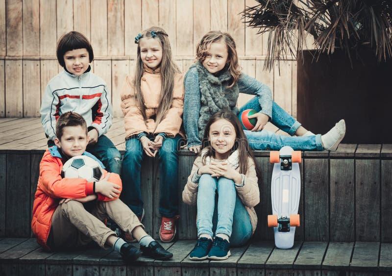 Grupa dziecko portret z piłką i deskorolka obrazy stock