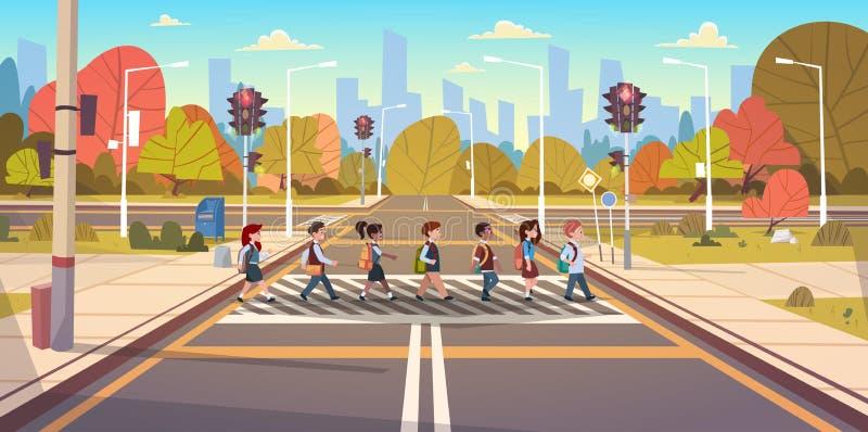 Grupa dziecko w wieku szkolnym Krzyżuje drogę Na Crosswalk Z światłami ruchu ilustracja wektor