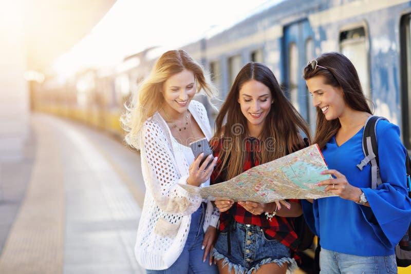 Grupa dziewczyna przyjaciół turyści na kolejowej platformie zdjęcie royalty free