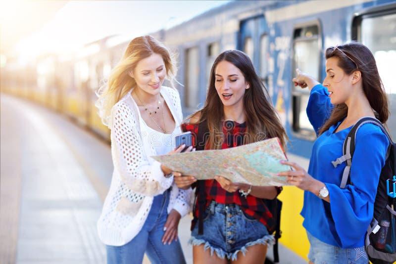 Grupa dziewczyna przyjaciół turyści na kolejowej platformie fotografia stock