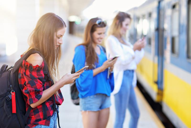 Grupa dziewczyna przyjaciół turyści na kolejowej platformie obrazy stock
