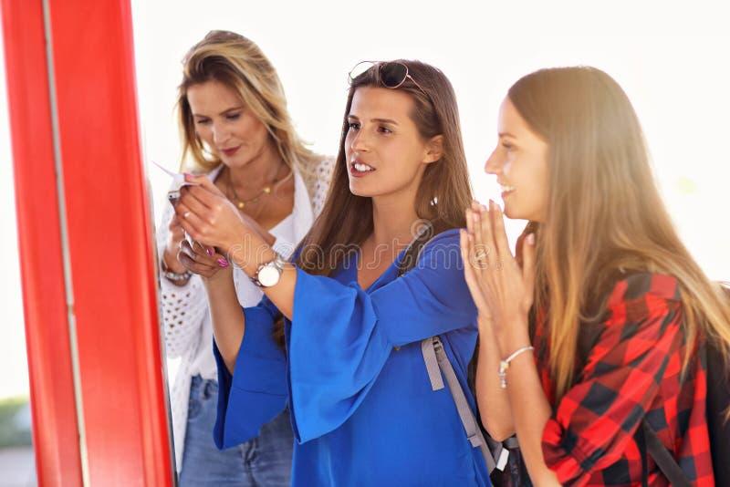 Grupa dziewczyna przyjaciół turyści na kolejowej platformie z biletem fotografia royalty free