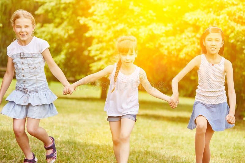 Grupa dziewczyny chodzi w parku zdjęcie stock